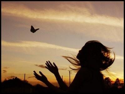 donna con farfalla rossoamarena.jpeg
